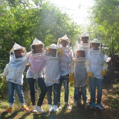 Futuros apicultores de la familia Beutelspacher